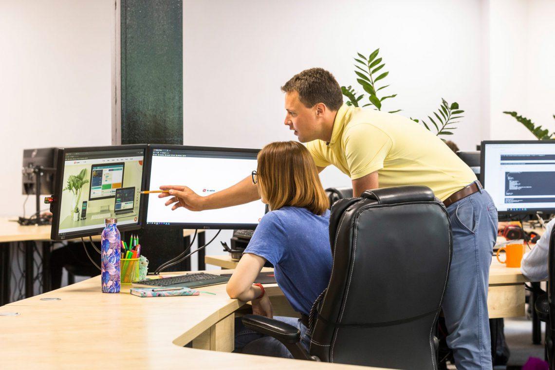 wspólna praca zespołowa przy komputerze